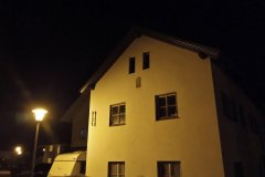 Haus bei Nacht - Nokia 2.4 Hauptkamera